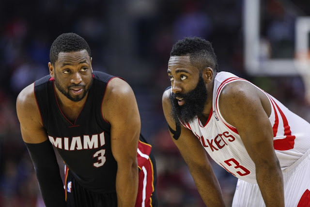 Dwyane Wade et James Harden lors d'un match NBA, entre le Heat de Miami et les Houston Rockets.