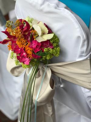 Stuhlsträußchen, exotisch heiraten, Malediven Karbiik-Hochzeit im Seehaus, Riessersee Hotel Garmisch-Partenkirchen Bayern, Hochzeitsplanerin Uschi Glas