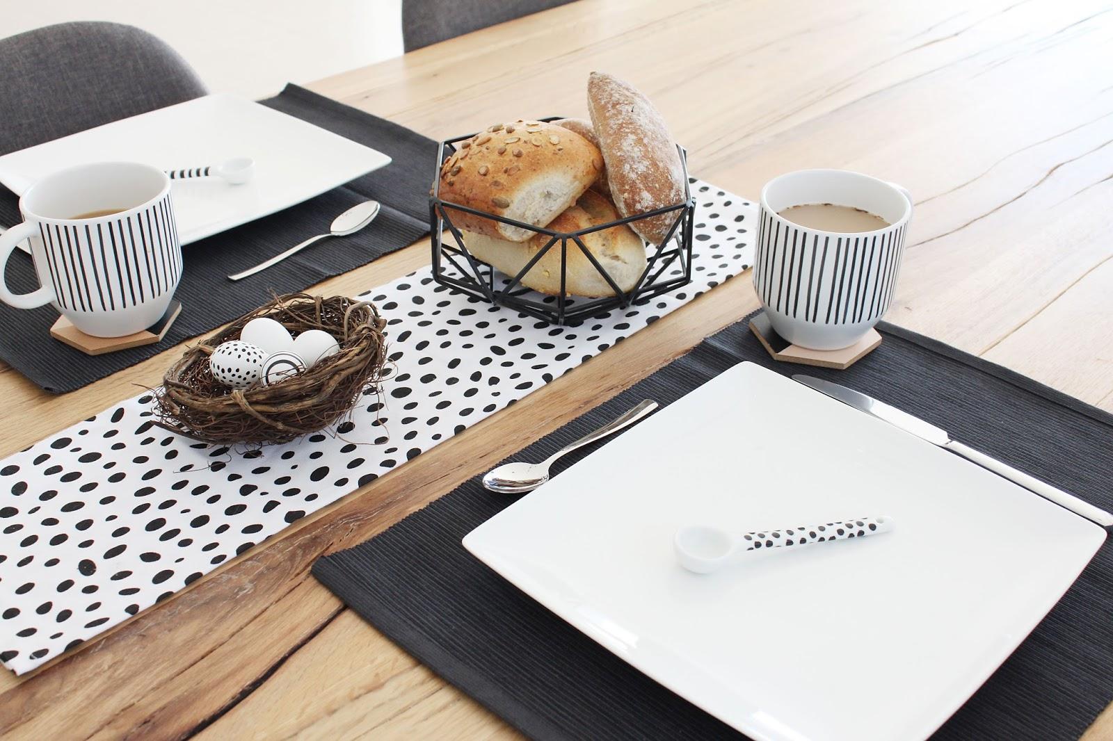 Leckeres Osterfrühstück im reduzierten schwarz weißen nordischen Stil
