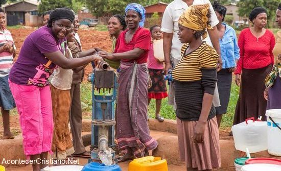 Mujeres sacando agua de tierra seca