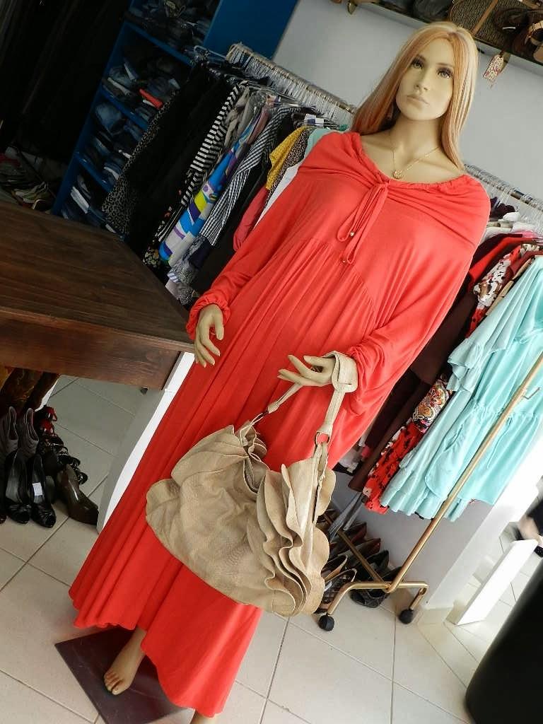 vestido cor de acelora com nude