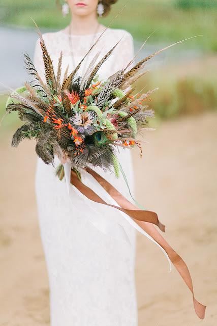 Ramo de novia con plumas - Foto: www.burnettsboards.com