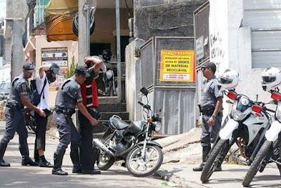 POLÍCIA MILITAR PRENDE DUPLA EM REGISTRO-SP: ROUBO E PORTE DE DROGAS