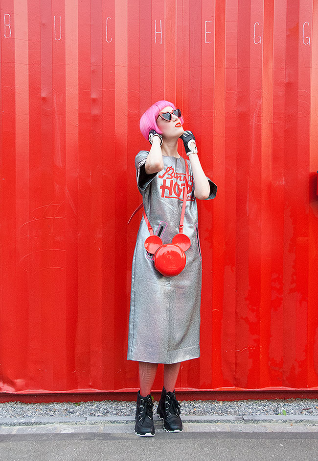 Sara is in Love with… swiss fashion blogger pink hair sorel Marc Jacobs science fiction silver futuristic look outfit saint Laurent sunglasses heart shaped Mickey mouse bag red gloves
