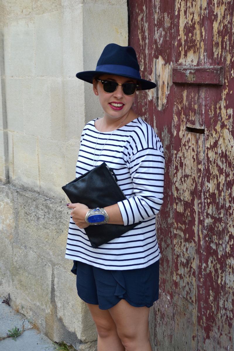 mariniére H&M, chapeau feutrine Aleane officiel, short bleu a volant H&M, pochette American Vintage