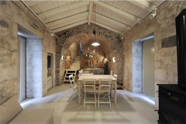 casa griega con interior de piedra chicanddeco
