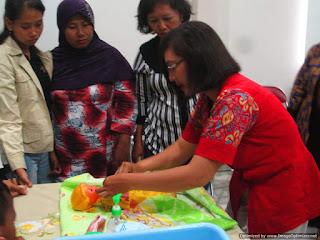 Praktek Memandikan, Membedong dan Merawat Tali Pusar Bayi 2