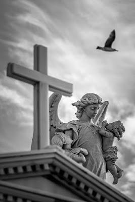 Estatuas de un mausoleo en le Cementerio de Santa Catalina