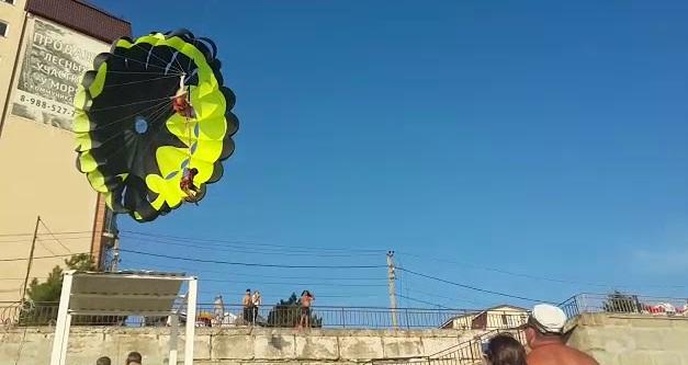 Τρομακτικό βίντεο: Ζευγάρι έπαθε ηλεκτροπληξία όταν το παραπέντε τους έπεσε σε καλώδια ρεύματος
