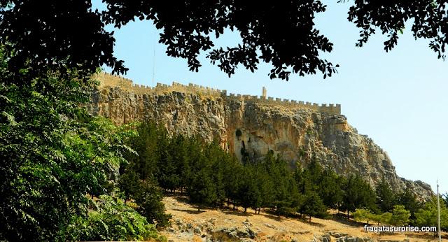 Muralhas dos Cruzados na Acrópole de Lindos, na Grécia