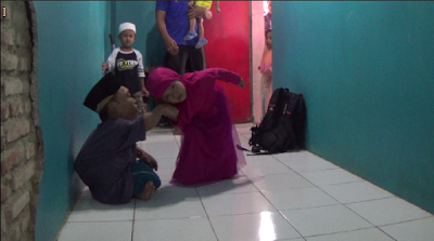 Ustadz Ini Tetap Ajarkan Al Qur'an Kepada Anak-Anak Meski Harus Dengan Merangkak