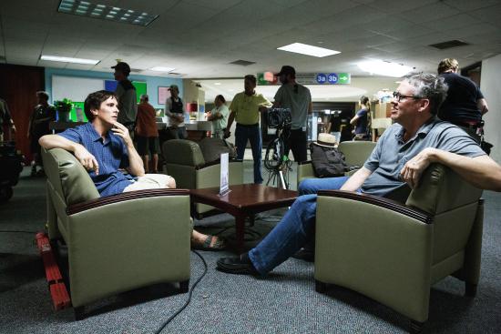 El director Adam McKay a la derecha, dando indicaciones a Christian Bale, sentado en la izquierda