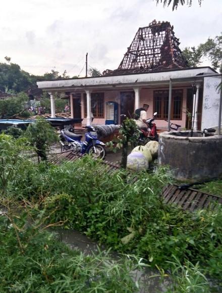 Puting Beliung Menerjang Desa Bringinwareng Winong Pati, Puluhan Rumah Rusak Berat 1