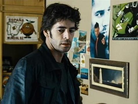 Raúl Fuentes (Eduardo Noriega) contempla la habitación de su hermano Valentín en Canciones de amor en Lolita's Club - Cine de Escritor