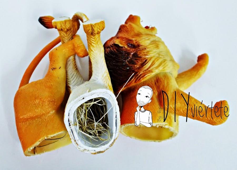 DIY-perchero-reciclaje-animales de plástico-juguetes-spray dorado-5