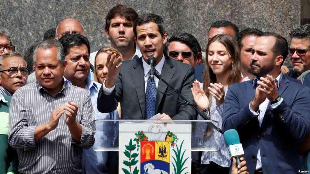Guaidó ya ejerce su presidencia proclamada desde Caracas / AP