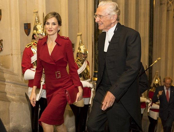 Queen Letizia wore Burberry Buckle Detail Satin Back Crepe Trench Dress and Prada Pumps, The Queen carried MENBUR Malva Clutch