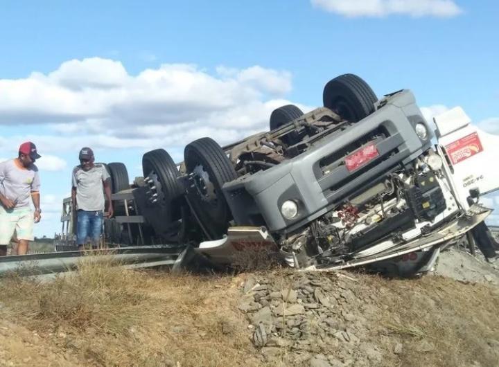 Caminhoneiro de Petrolina morre em acidente