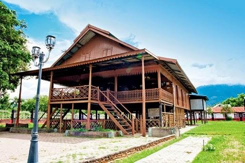 Rumah Adat Souraja (Banua Oge) Asal Daerah Palu Sulawesi Tengah