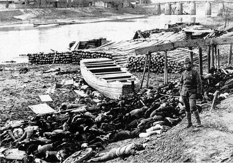 Πτώματα Κινέζων που βρίσκονται στις όχθες του ποταμού Qinhuai μετά την Σφαγή της Ναντσίνγκ, που διαπράχθηκε από τους Ιάπωνες στα τέλη του 1937 και στις αρχές του 1938.