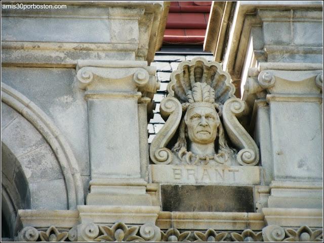 Escultura de un Nativo Americano en la Fachada del Capitolio de Nueva York en Albany