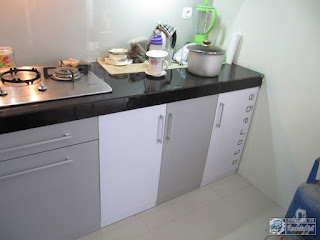 Kitchen Set Panjang 4,5 Meteran Warna Putih Abu Abu Monokromatik - Furniture Semarang