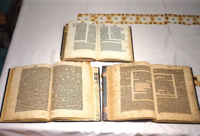ספרי הקודש שהיו ברשותו של הרב הראשי בתימן עמרם קורח, ושנמצאו על ידי הנכד מאיר // צילום: אורן בן חקון