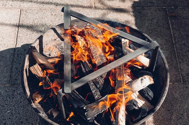 Petromax-Pfannenknecht  Outdoor-Kitchen  Unterstützung für Pfannen und Dutch Oven im Lagerfeuer. 01