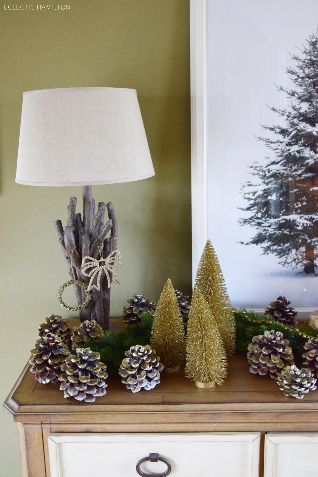 Weihnachtsdeko Wohnzimmer, Tisch, Esszimmer Sideboard,  Mit Pinienzapfen, Tanne, Wandbild, Deko, Dekoration, Dekoideen, Weihnachten, Christmas, gold, DIY,