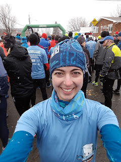 Demi-marathon des Glaces, foule au départ, arche de départ, coureuse souriante