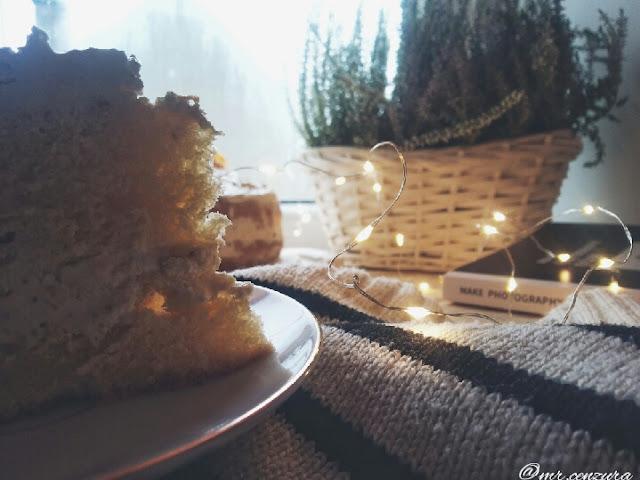 Tort śmietankowo- migdałowy z mango