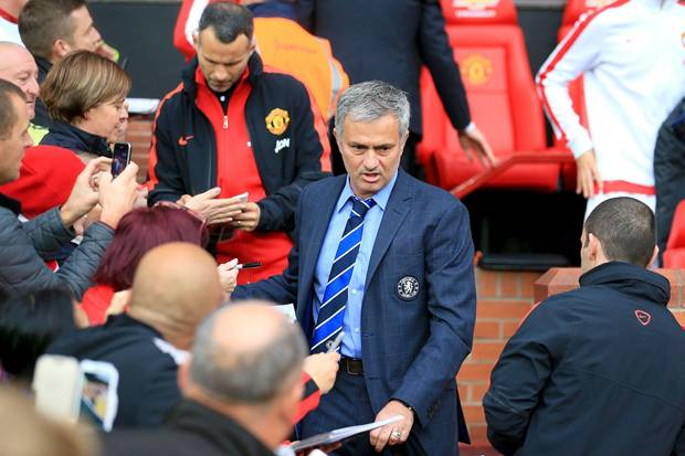 tanda-tangani-kontrak-mourinho-resmi-latih-mu-9dL.jpg