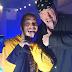 "Post Malone traz Undertaker para quebrar guitarra durante performance de ""rockstar"" com 21 Savage"