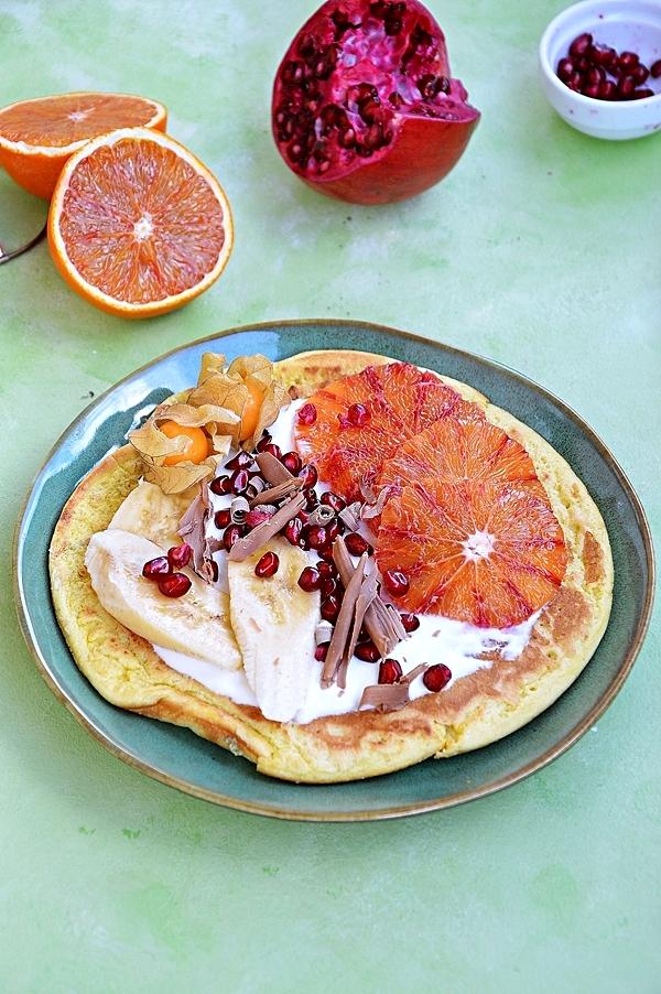Omlet biszkoptowy z jogurtem greckim i owocami