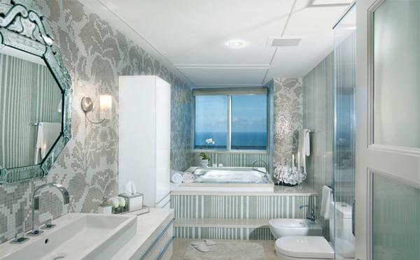 Kamar mandi nyaman dengan kaca beku