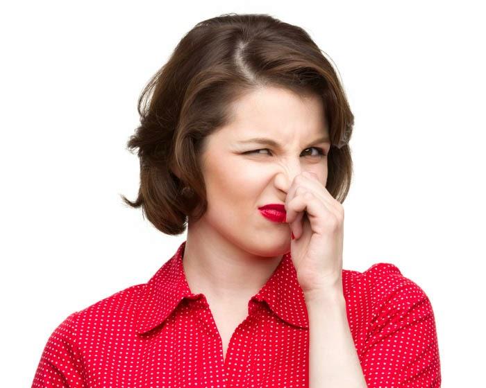 تخلصوا من رائحة الفم ورائحة الجسم ورائحة القدمين بمادة طبيعية موجودة في كل بيت