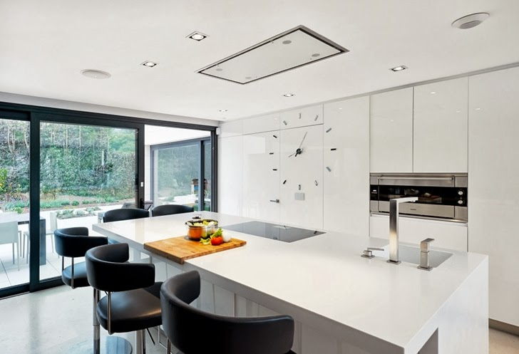 White kitchen in Modern home by Foraster Arquitectos