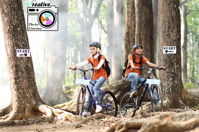 foto prewed tema adventure petualangan dengan sepeda