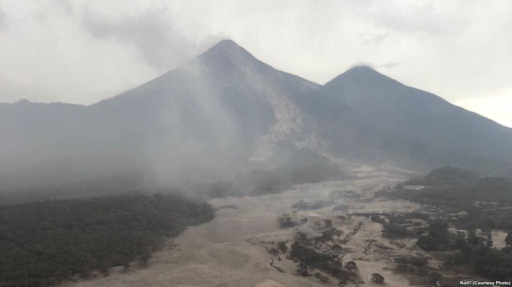 Volcán de Fuego hizo erupción el domingo y hasta este lunes se temían reactivaciones / NOTI 7