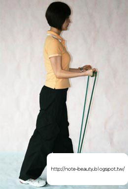 預備姿勢:  先保持身體直立,用雙手拉住繩子的兩節,讓兩臂如圖夾緊於身體兩側。