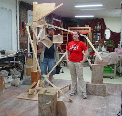 Estructura de madera para hacer una escultura gigante