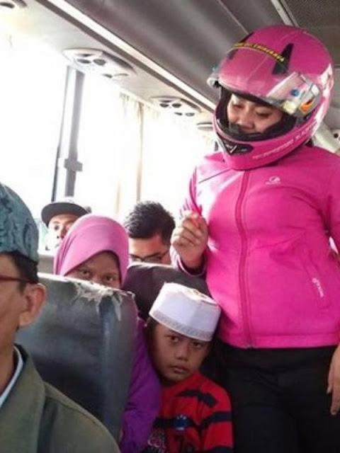 Cewek Pakai Helm di Dalam Bus