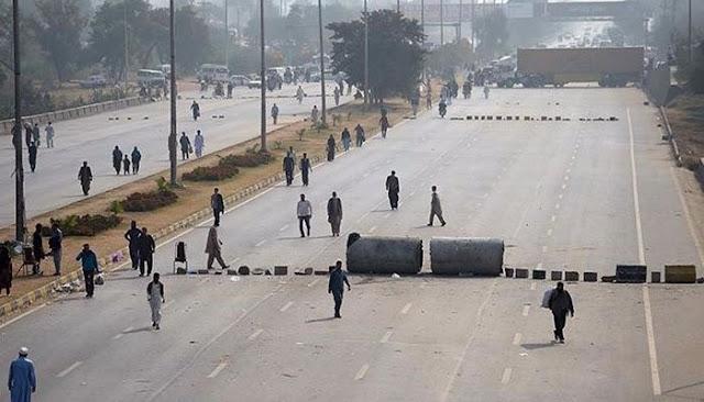 A view of the blocked Islamabad Expressway. Photo: Agencies