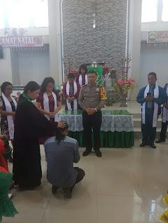 Bertobatlah Dolvi !!! Pelaku Kasus Penganiayaan Di Pasar Tombatu Diantar Polisi Ke Gereja