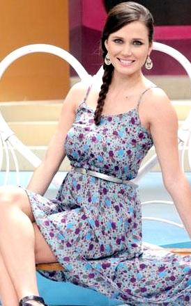 Foto de Maju Mantilla sentada con lindo vestido