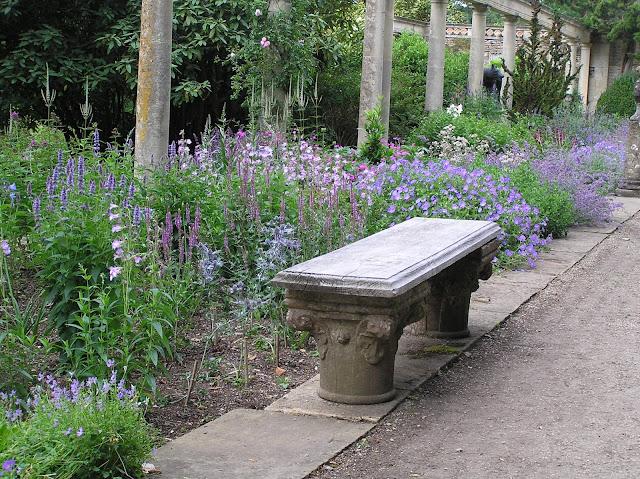 ławka wśród kwiatów