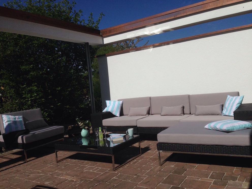 Arbrini design tuinmeubelen - Veranda met stenen muur ...