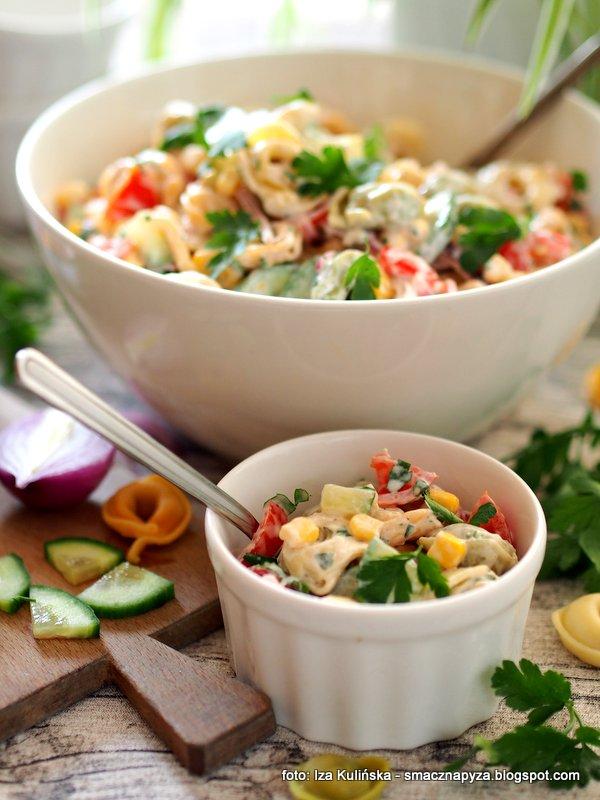 tortellini z prosciutto, salatki domowe, na impreze, pierozki, makaron, salatka makaronowa, kolorowe warzywa
