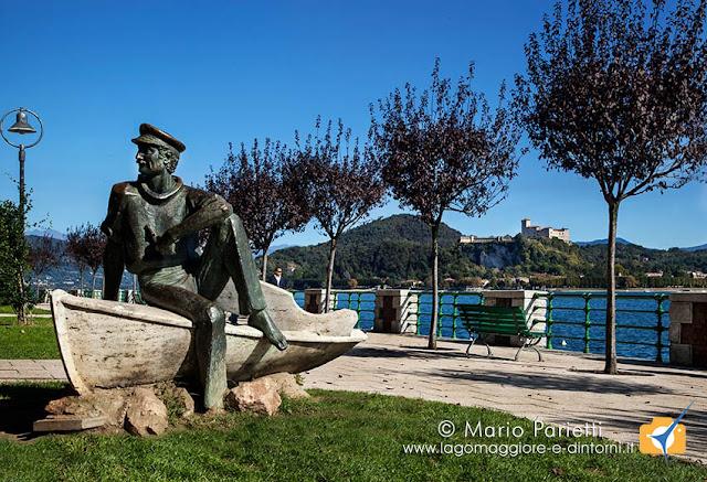 Monumento al barcaiolo sul lungolago