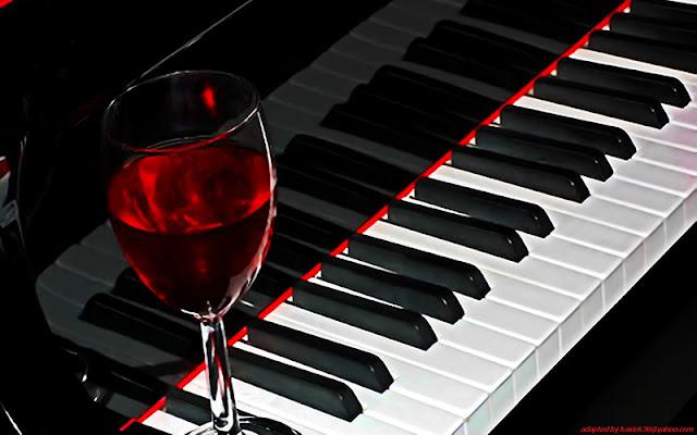 Copa de vino en piano